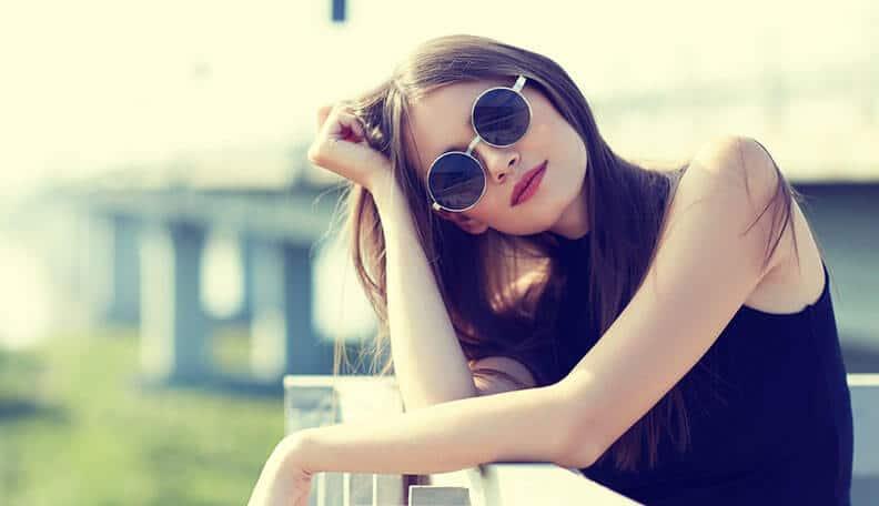 femme classe lunettes de soleil