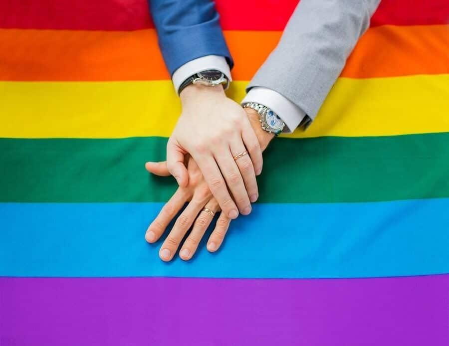 Maisn fiançailles devant drapeau gay