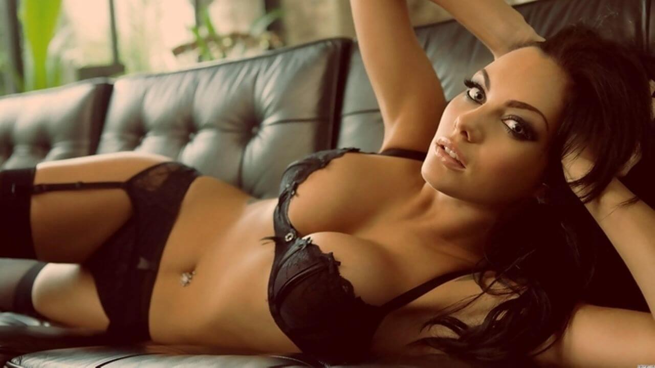 Femme allongée en lingerie