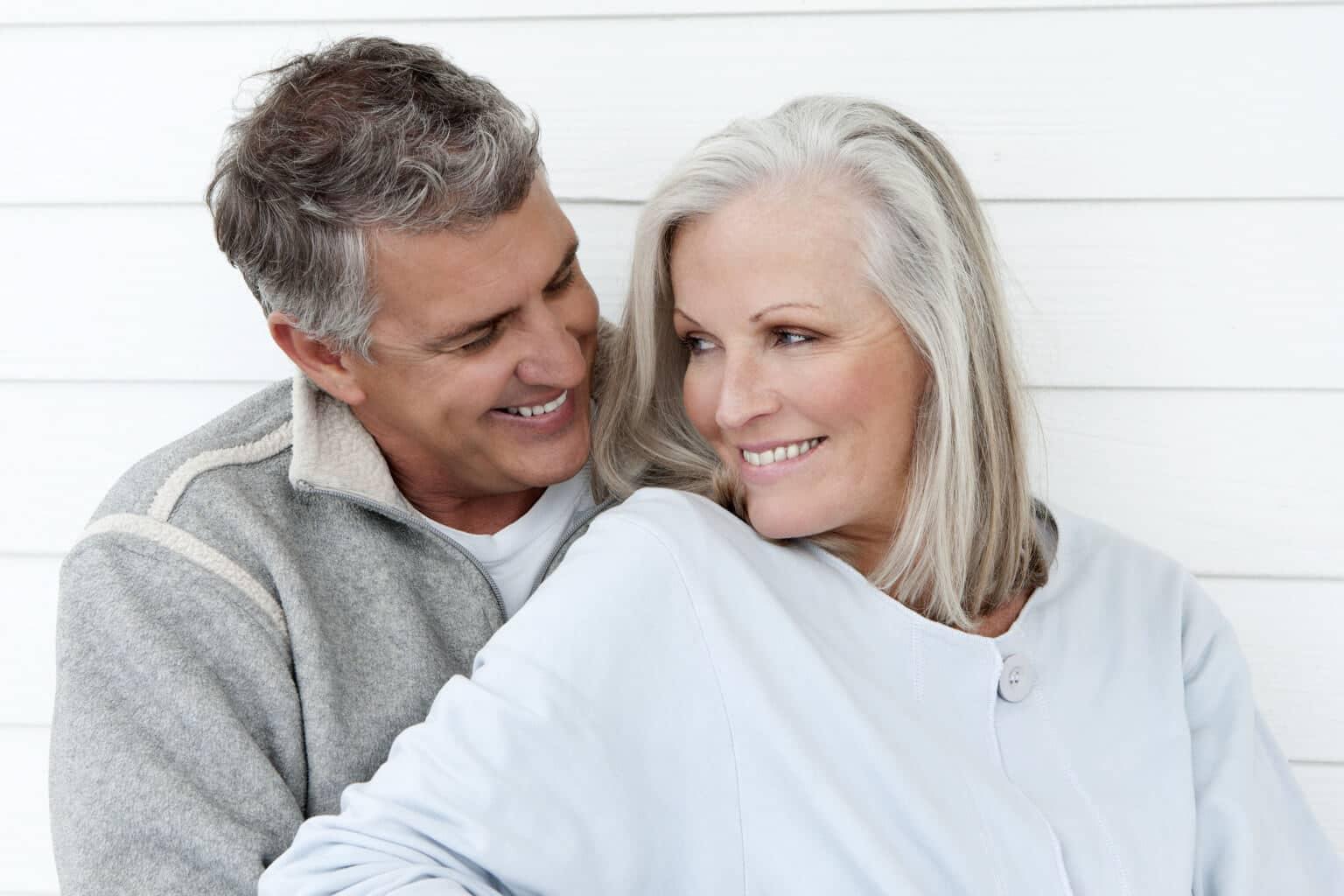 couple cinquantenaire heureux