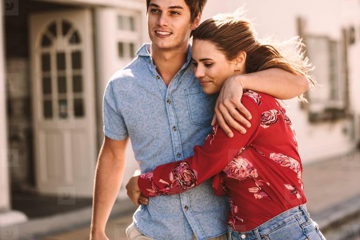 couple heureux marchant dans la rue