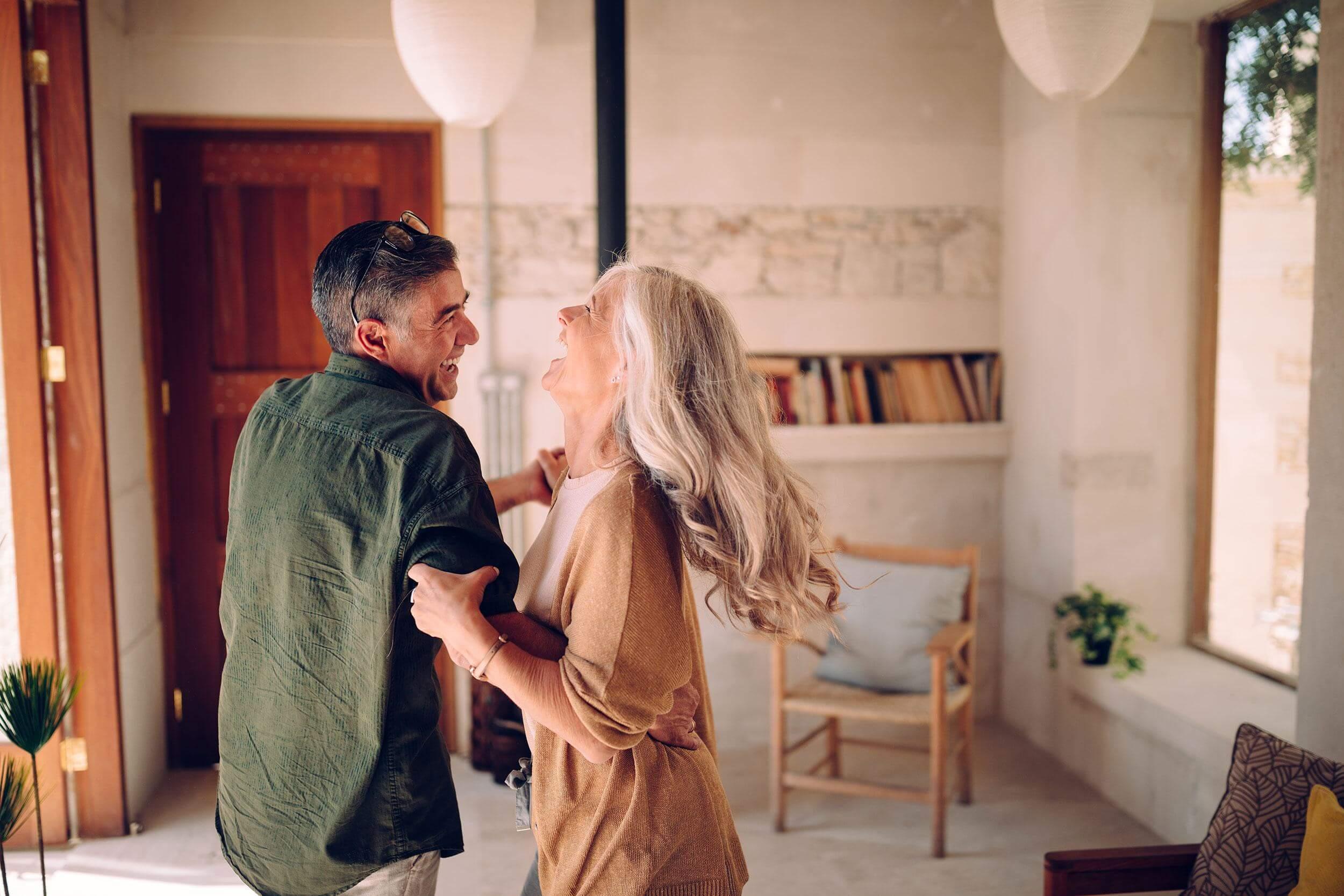 couple quinquagénaire heureux jouant