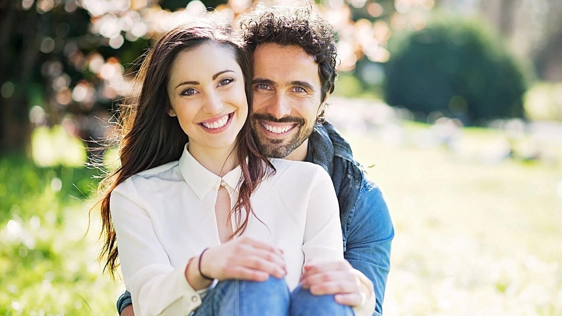 couple heureux sur la pelouse