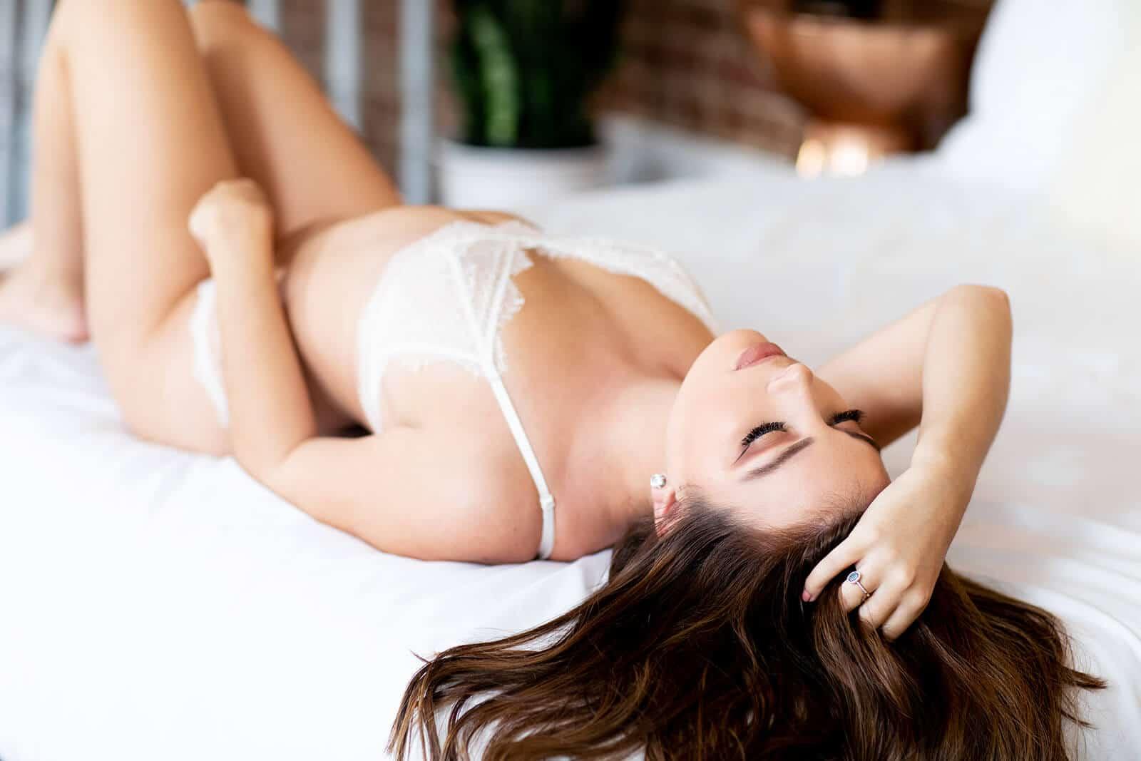 Femme sexy allongée