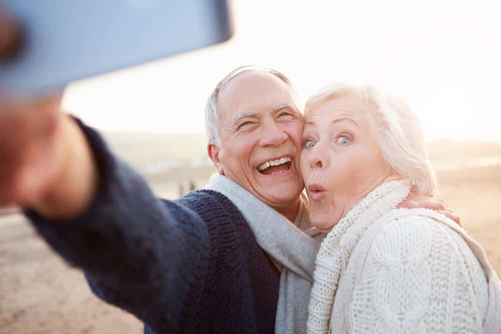 seniors se prenant en photo