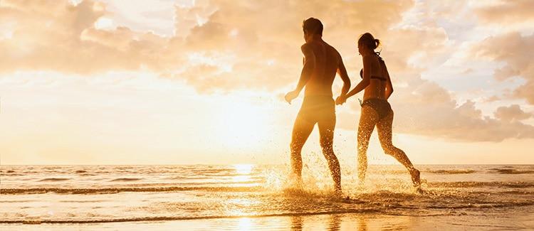 couple courant sur la plage